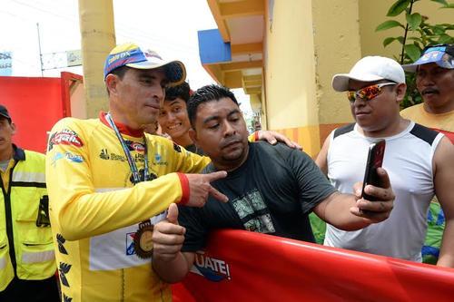 El ciclista, Manuel Rodas, primer líder de la Vuelta a Guatemala 2015, comparte con los aficionados al pedalismo nacional. (Foto: Diego Galiano/Nuestro Diario)