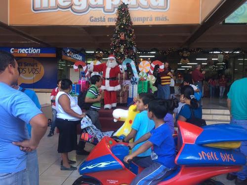 Santa Clos y otros personajes intentan atraer a los transeuntes a los diversos comercios de la sexta avenida de la zona 1. (Luis Barrios/Soy502)
