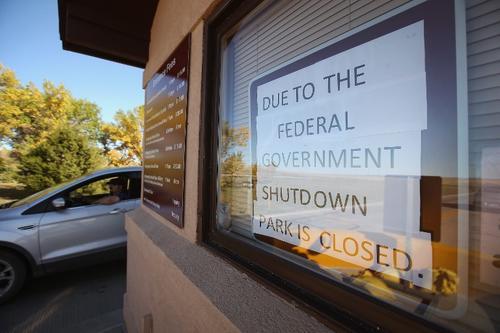"""Un cartel a la entrada del parque nacional """"Pinnacles"""" advierte a los visitantes de su cierre. Todos los parques nacionales cerraron después que el Congreso no aprobó una ley de financiamiento temporal."""