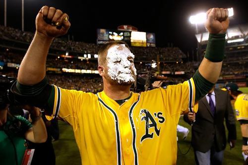 Stephen Vogt, de Oakland, festejó el triunfo con un pastelaso. (AFP)