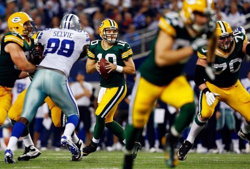 El mariscal de campo Matt Flynn de los Packers de Green Bay al momento de buscar un receptor durante el juego ante los Cowboys de Dallas. (Foto: Tom Pennington/AFP)