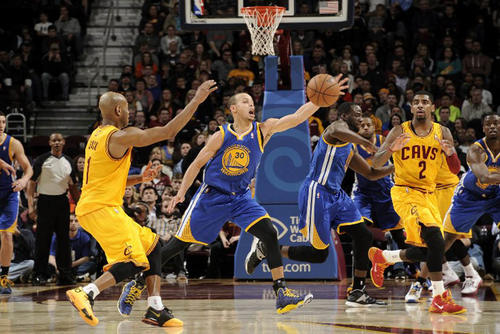 Stephen Curry, quien fue uno de los artífices del triunfo de los Warriors de Golden State, rechaza un balón ante Jarrett Jack de los Cavaliers de Cleveland. (Foto: David Liam Kyle/AFP)