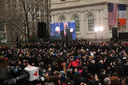 Cientos de personas, incluyendo muchos latinos, llegaron a ver la toma de posesión de Bill de Blasio. (Foto: Spencer Platt/AFP)