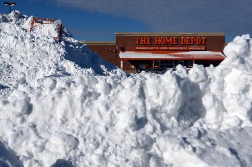 Nieve apilada frente a un Home Depot en el centro comercial South Bay después de una tormenta invernal de dos días, en Boston, Massachusetts. La tormenta comenzó a mediodía el jueves con fuertes nevadas durante la noche hasta el viernes trayendo consigo frío extremo. (AFP)