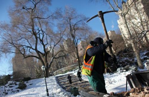 Un jardinero del Departamento de Parques y Recreación de la Ciudad de Nueva York, rompe sal que se usará para derretir la nieve en Carl Schurz Park luego de que una tormenta dejara hasta 7 centímetros de nieve. (AFP)