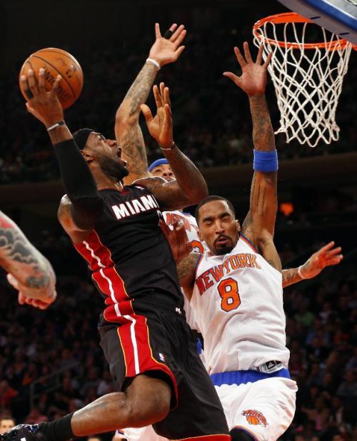 LeBron James se echó al equipo al hombro, con una actuación que dejó 24 puntos y 11 asistencias para el jugador del Heat de Miami. (Foto: Rich Schultz/AFP)