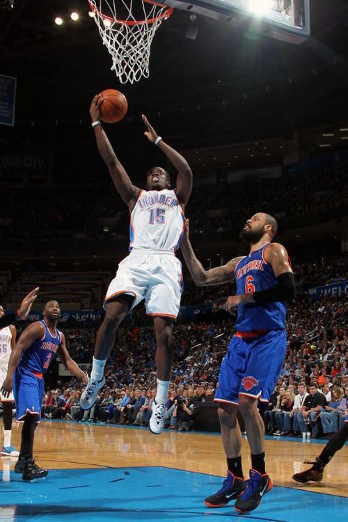 Reggie Jackson de los Thunder de Oklahoma City trata de encestar ante la defensa de los Knicks de Nueva York. (Foto: Layne Murdoch Jr./AFP)