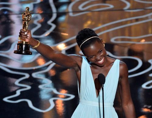Lupita Nyong'o recibió el aplauso de todos sus colegas, quienes se pusieron de pie. (Foto: AFP)