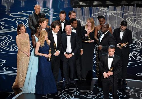 """El elenco de """"12 Years Slave"""" en el escenario, recibiendo el Oscar como Mejor Película. (Foto: AFP)"""
