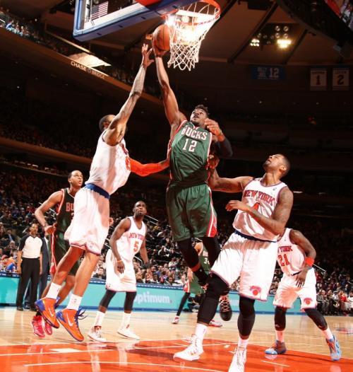 Jeff Adrien de los Milwaukee Bucks dispara contra Tyson Chandler de los Knicks de Nueva York durante un juego en el Madison Square Garden de Nueva York. (Foto: AFP)