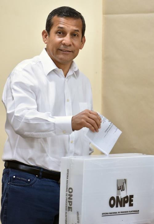 El presidente saliente Ollanta Humala emite su voto. (Foto: AFP)