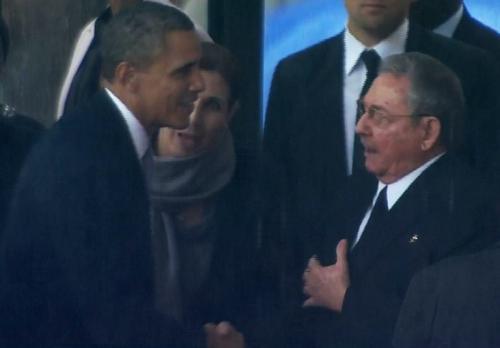 Obama y Raúl Castro se saludaron antes del servicio religioso. (AFP)