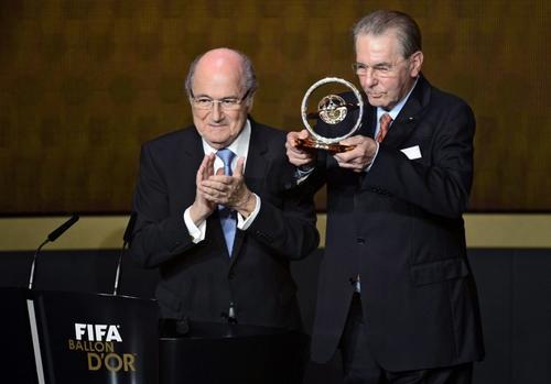 """Blatter aplaude a Jacques Rogge, presidente del Comité Olímpico Internacional, quien recibió el """"Premio Presidencial de la FIFA"""". (Foto: Olivier Morin/AFP)"""