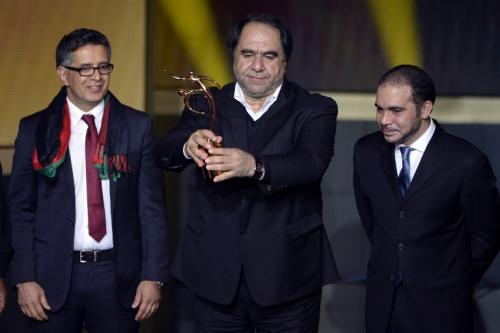 """Karim Keramuddin (al centro) recibe el """"Premio FIFA Fair Play"""" que se entregó a la Federación de Fútbol de Afganistán. (Foto: Fabrice Coffrini/AFP)"""