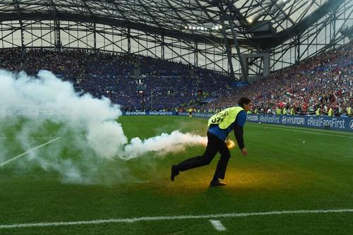 Las bengalas han invadido el campo en varios juegos de la Eurocopa 2016. (Foto: AFP)