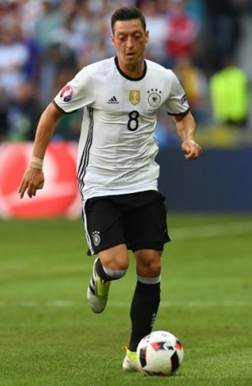 Mesut Ozil podría perderse la semifinal si es amonestado en cuartos de final. (Foto: AFP)