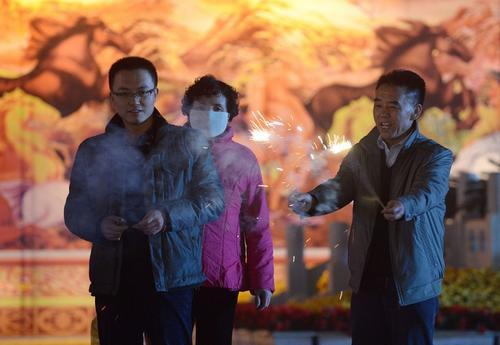 Con la contaminación y la austeridad como telón de fondo, muchos chinos coinciden en que, a la fuerza, estas vacaciones quizás sean menos festivas y más domésticas que nunca. Foto AFP