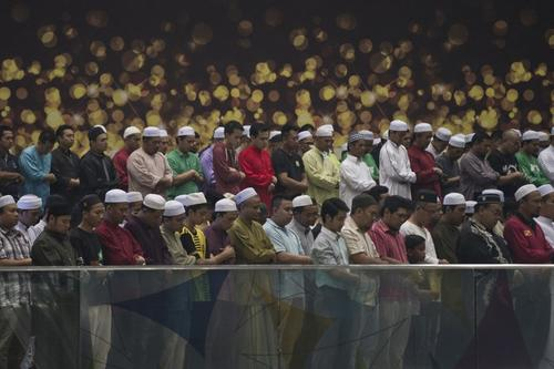 """""""Cualquiera que atente contra los principios de la sharía o ley islámica, se le pedirá que se vaya y si se niega, será arrestado"""", advirtió el director de la oficina de Sepang, Zaifulah Jaafar Shidek, según el diario local The Star, al referirse a los actos especiale que llevan a cabo algunos grupos para pedir por la aparición de la aeronave. (Foto: AFP)"""