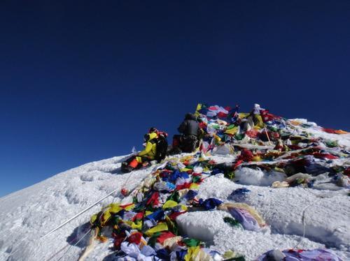 Así trabajan los equipos de rescate en la zona de la avalñancha que dejó muertos y desaparecidos en el Everest. (Foto AFP)
