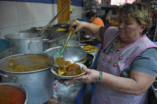 Elsa Morales, cocinera, prepara un plato de pepián. (Foto: Johan Ordóñez/AFP)