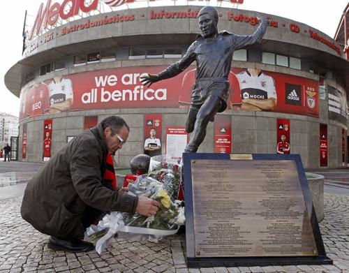 Aficionados han llevado flores y recuerdos hasta la estatua de Eusebio da Silva Ferreira, que se encuentra en Benfica, Portugal. (Foto: José Manuel Ribeiro/AFP)