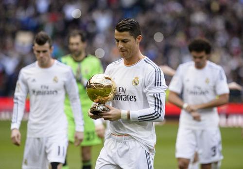 El ariete luso aprovechó para presentar el Balón de Oro 2013 que recibió por parte de la FIFA ante la afición madridista. (Foto: Dani Pozo/AFP)