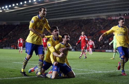 """Los jugadores del Arsenal celebran el gol de Santi Cazorla que ponía el 2-1 parcial a su favor, pero al final el Tottenham empató y pone en riesgo el liderato de los """"gunners"""". (Foto: Adrian Dennis/AFP)"""