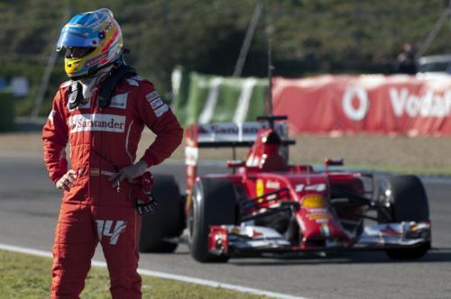 Alonso se mostró molesto tras la falla mecánica de su Ferrari en Jerez. (Foto: Jorge Guerrero/AFP)