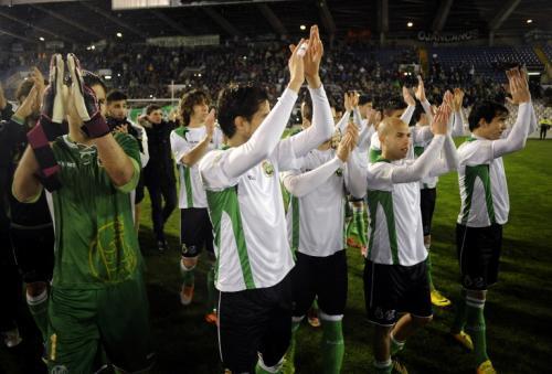 Luego de un rato, los jugadores salieron del campo y recibieron el reconocimiento tanto de su afición como de sus rivales. (Foto: Ander Gillenea/AFP)
