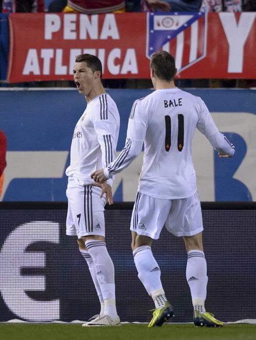 Gareth Bale provocó el penal que Cristiano Ronaldo convirtió en el segundo gol que aseguró la clasificación para los merengues. (Foto: Dani Pozo/AFP)