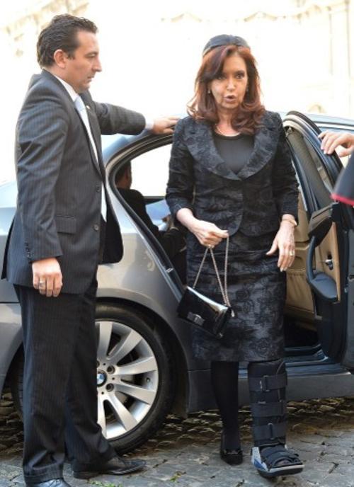 La presidenta de Argentina llegó a la reunión con el Papa Francisco con una bota ortopédica. (Foto:AFP)