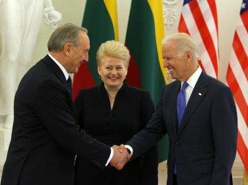 Saludo entre el vicepresidente de EE.UU. Joe Biden con el presidente de Lituania Dalia Grybauskaite. (Foto:AFP)