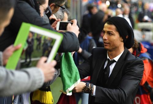 Cristiano Ronaldo viajó a Alemania para el juego ante el Borussia, pero no pudo participar y terminó por darle gusto a sus seguidores al firmar sus camisolas y tomarse fotos con ellos. (Foto: AFP)