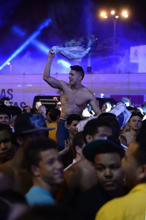 Sin camisa y eufóricos festejarton los seguidores del Real Madrid en la Plaza Cibeles en la capital española. (Foto. AFP)