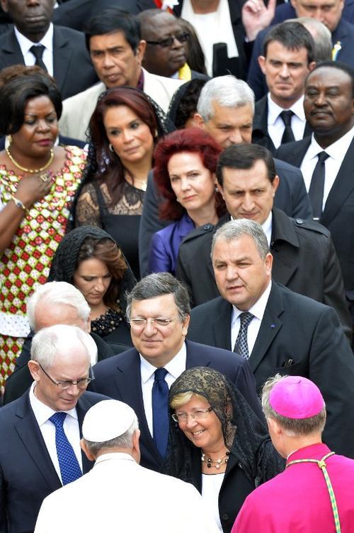 La Vicepresidenta Roxana Baldetti, en la fila mientras esperaba saludar al papa Francisco, en la ceremonia de canonización de dos papas. (Foto: AFP)