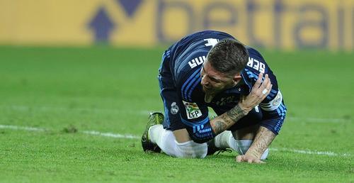 Sergio Ramos se lastimó el hombro y se someterá a exámenes médicos. (Foto: AFP)