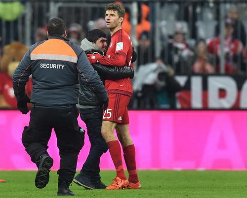 Un aficionado invadió el terreno de juego para abrazar a Thomas Müller después de que marcara un gol. (Foto: AFP)