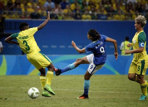 La jugadora Nothando Vilakazi (3) ha despertado muchas sospechas por la manera en que se cubría el cuerpo antes de un tiro libre en el juego contra Brasil. (Foto: AFP)