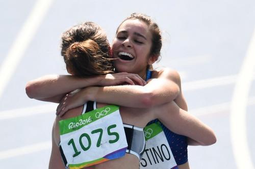 Las participantes se fundieron en un gran abrazo tras finalizar la competencia, reacción que ha sido una de las imágenes más emotivas de las justas deportivas. (Foto: AFP)