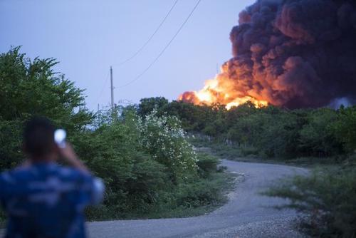 Los pobladores tomaron fotografías del incendio.  (Foto: AFP)