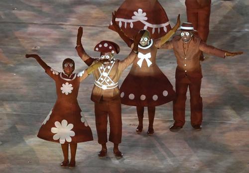 Bailarines durante una de las presentaciones. (Foto: AFP)