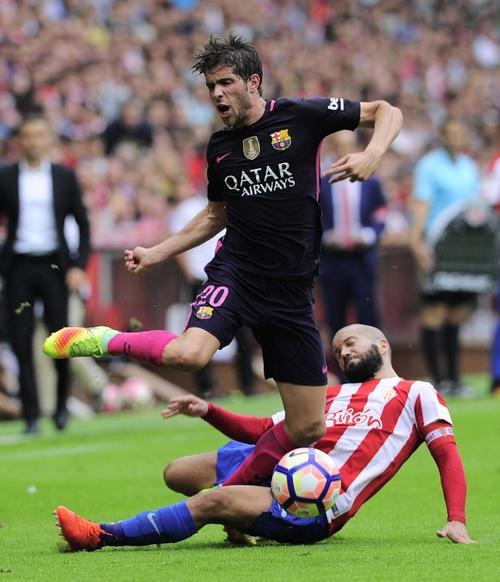 Así fue la dura falta que le costó la roja al Sporting (Foto: AFP)