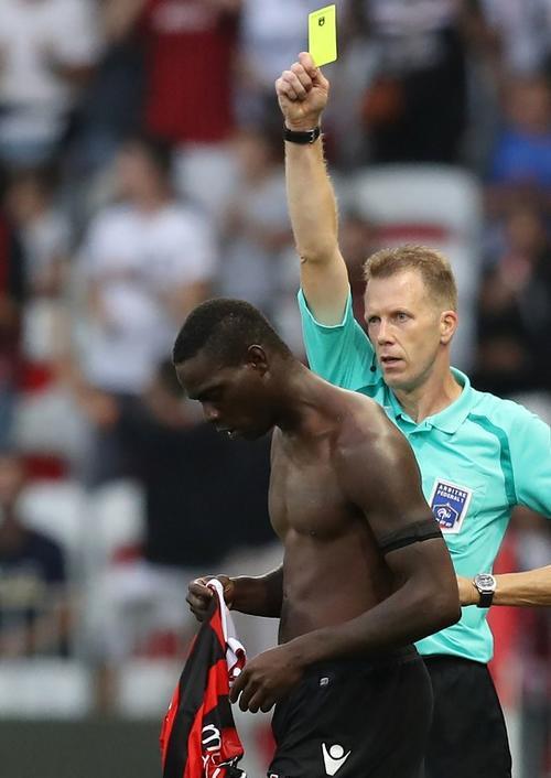El árbitro le enseña la primera amarilla al italiano por celebrar sin camisa. (Foto: AFP)