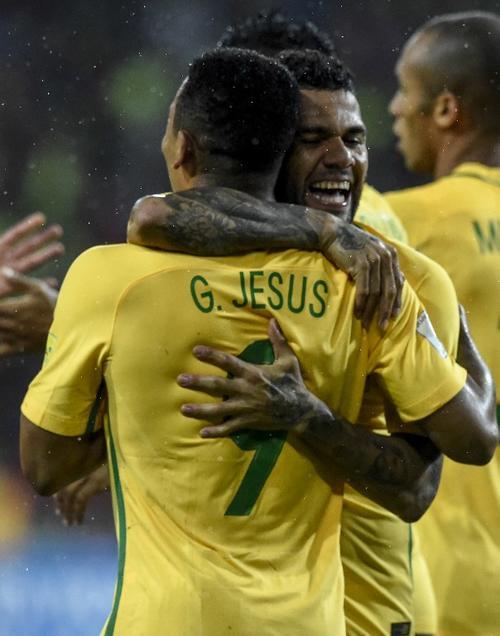 Gabriel Jesús celebra con Dani Alves. (Foto: AFP)