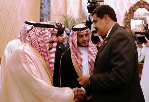 Maduro se encontraba en una gira por medio oriente antes de visitar al Papa. En la fotografía saluda a Salman bin Abdulaziz, rey de Arabia Saudita.