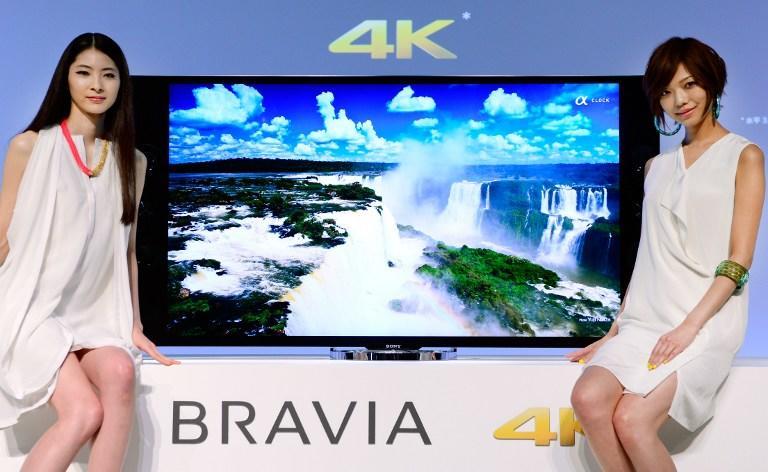 Modelos del gigante de la electrónica japonesa, Sony, presentan la nueva TV 4K de ultra alta definición. Según los expertos de Mashable, esta podría ser el arma secreta de Sony, siempre y cuando logren hacer un mercadeo integral junto al resto de sus dispositivos. (AFP)