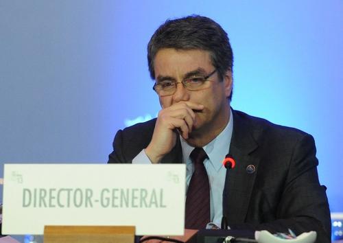 El Director General de la OMC, Roberto Azevedo, se conmueve durante la clausura de la reunión de la Organización Mundial del Comercio en Bali, Indonesia. (AFP)
