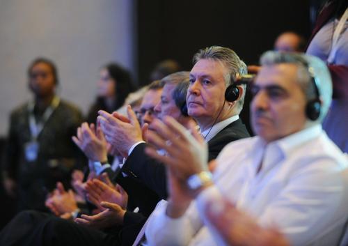 El Comisionado de la Unión Europea, Karel De Gucht (2do desde la der) aplaude durante la clausura de la ceremonia y la exitosa conclusión del acuerdo aprobado por la OMC en Bali, Indonesia. (AFP)