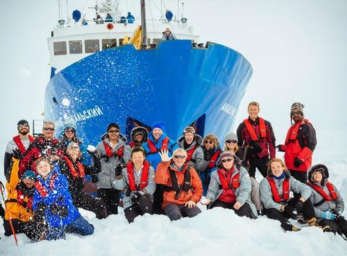 El navío transporta en total 74 personas entre científicos, turistas y tripulación, de Australia, Reino Unido y Nueva Zelanda, todos se encuentran bien. (AFP)