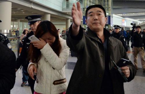 Familiares de los pasajeros del avión desaparecido esperan noticias oficiales. (Foto: AFP)